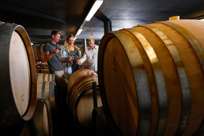 Fassprobe im Weinkeller