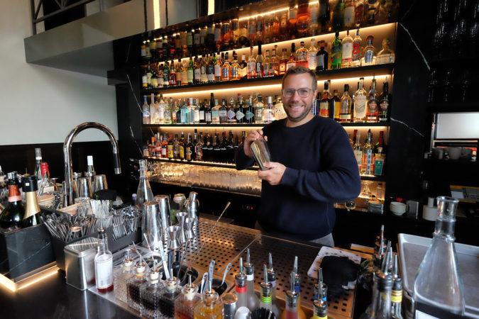 Dirk Hany in seiner «Bar am Wasser» in Zürich beim Shaken eines Cocktails.