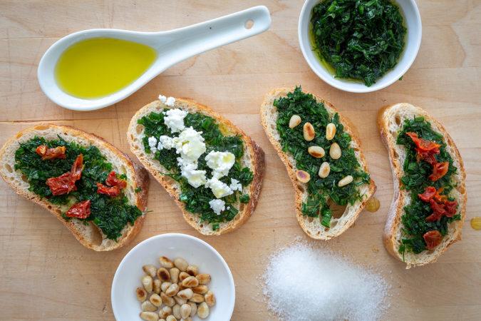 Getoastete Brotscheiben mit Olivenöl und Kräuter